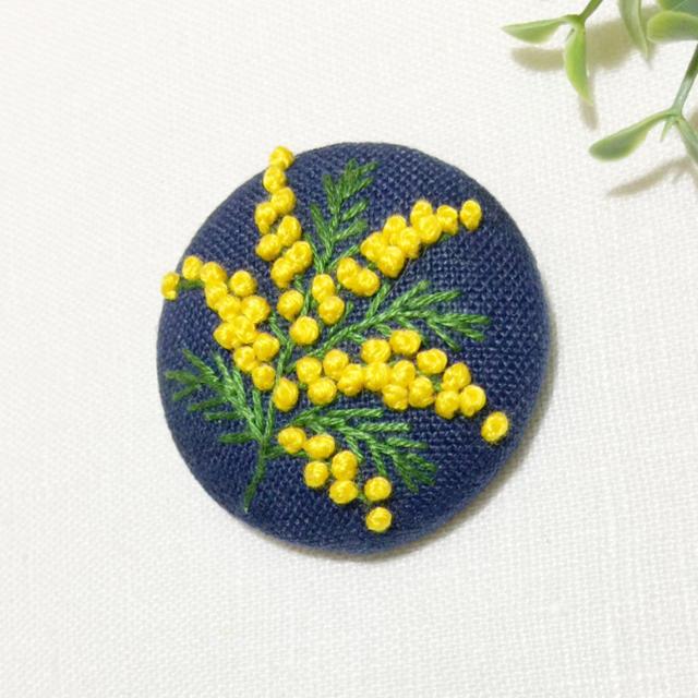 刺繍ブローチ ミモザ一枝 レディースのアクセサリー(ブローチ/コサージュ)の商品写真