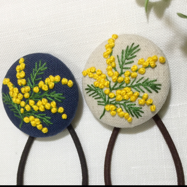 [meg.mks様 専用] 刺繍ヘアゴム  ミモザ一枝 レディースのヘアアクセサリー(ヘアゴム/シュシュ)の商品写真