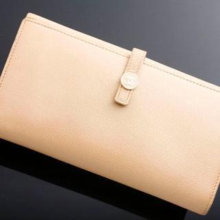 シャネル(CHANEL)のG2300 本物 イタリア製 シャネル ココ 本革 薄茶 二つ折 長財布 (財布)