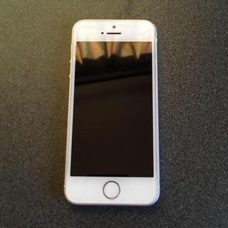 アイフォーン(iPhone)の即購入OK SIMフリー iPhoneSE 64GB silver(スマートフォン本体)