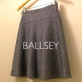 ボールジィ(Ballsey)の美品 BALLSEY シャンブレーフレア膝丈スカート 紺 36 綿麻(ひざ丈スカート)