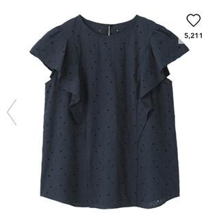 ジーユー(GU)のGU コットンレースフリルスリーブブラウス 紺色(シャツ/ブラウス(半袖/袖なし))