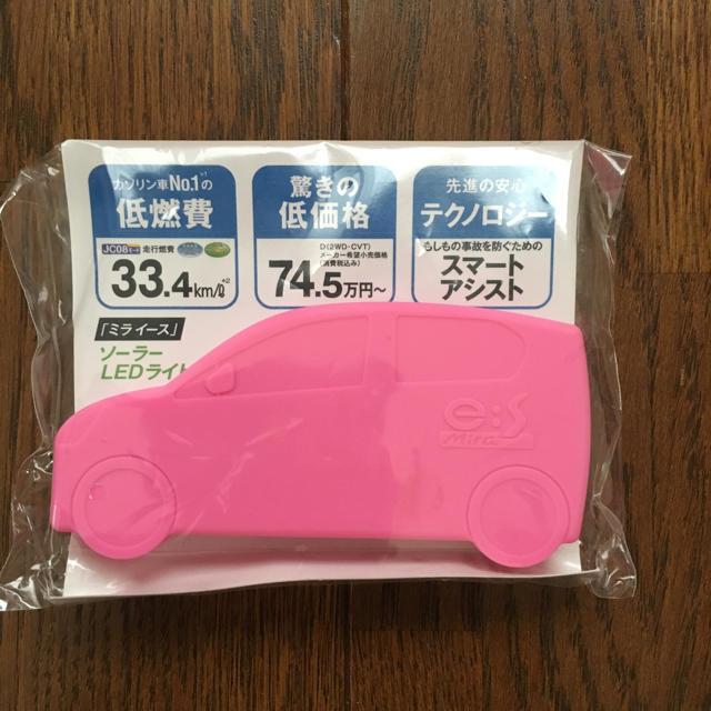 ダイハツ(ダイハツ)のダイハツ ミライース ソーラーLEDライト キーホルダー  新品 ピンク 自動車/バイクの自動車(車内アクセサリ)の商品写真
