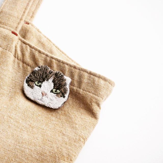 スコティッシュフォールドの刺繍ブローチ ハンドメイドのアクセサリー(コサージュ/ブローチ)の商品写真