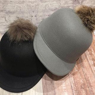 スリーコインズ(3COINS)のキッズ用ファー付フェルトキャップグレーママ親子おそろコーデ可能新品インスタ話題(帽子)