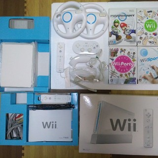 ウィー(Wii)のWii 本体 マリオカート リモコン2個 ハンドル2個 ヌンチャク2個 セット(家庭用ゲーム本体)