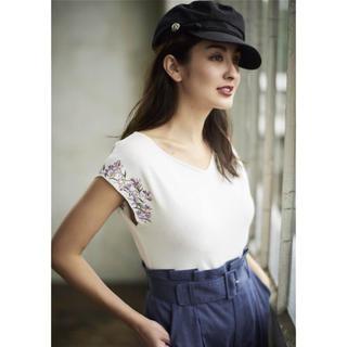 ジャスグリッティー(JUSGLITTY)の美品♡袖刺繍フレンチVニット(ニット/セーター)