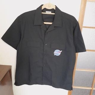ジーユー(GU)の黒シャツ(宇宙)(シャツ)