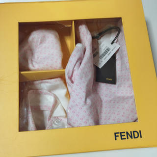 フェンディ(FENDI)の新品タグ付き FENDI ロンパース 帽子 スタイ セット(ロンパース)