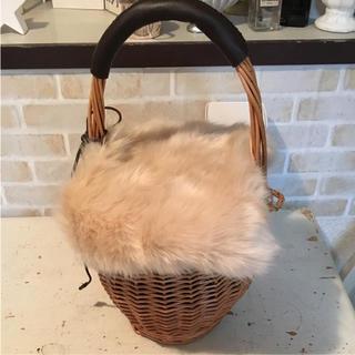 シマムラ(しまむら)の美品‼️しまむら かごバッグ ファー付き ホワイト カゴ(かごバッグ/ストローバッグ)