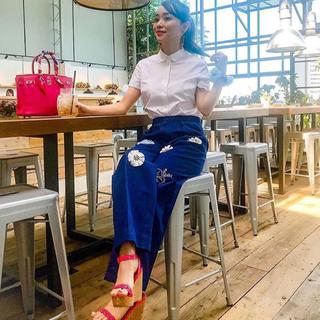 チェスティ(Chesty)の【新品】ミスアドラ 刺繍 ビジュー デニム ワイドパンツ(デニム/ジーンズ)