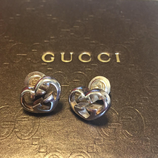 6d822bca62f1 グッチ(Gucci)のGUCCI/ハートシェイプインターロッキングGモチーフピアス(ピアス