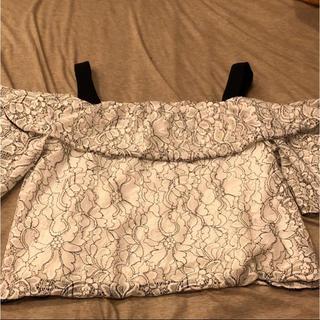 ジーユー(GU)の花柄 肩だし トップス(シャツ/ブラウス(半袖/袖なし))