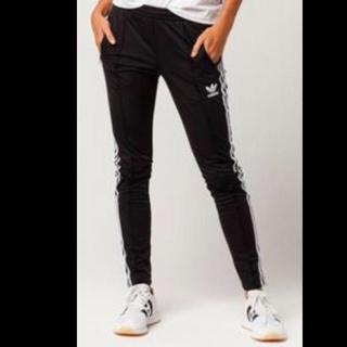 アディダス(adidas)のラインパンツ(スキニーパンツ)