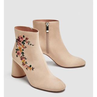 ザラ(ZARA)の完売 ザラ フラワー 刺繍 ブーツ アンクル 花柄 ショート ベージュ サンダル(ブーツ)