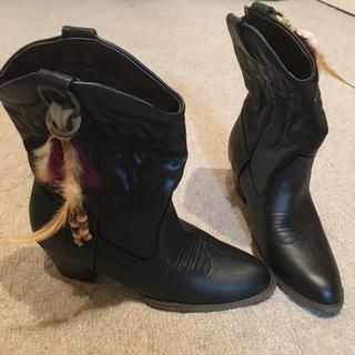ロデオクラウンズワイドボウル(RODEO CROWNS WIDE BOWL)のウエスタンブーツ羽つき新品Mサイズ(ブーツ)