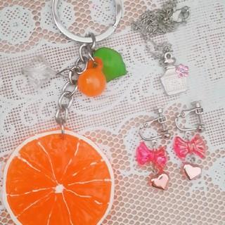 オレンジのキーホルダー・イヤリング・ネックレス(雑貨)