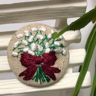 かすみ草 花束 手刺繍 くるみボタン ブローチ ハンドメイド  27ミリ