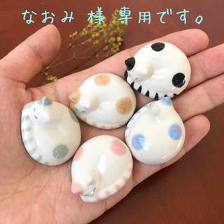 new!丸いミニ猫の箸置き☆置物 ハンドメイド  半磁器(テーブル用品)