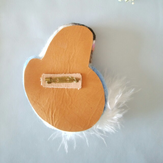 羊毛フェルト ブルーボタンインコ ブローチ ハンドメイドのアクセサリー(コサージュ/ブローチ)の商品写真