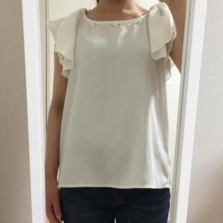 シマムラ(しまむら)のホワイト ビジュー付き  袖フリル トップス(カットソー(半袖/袖なし))