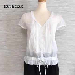 トゥアクー(tout a coup)のtout a coup ♡ トゥーアクー フリル付きシャツ ホワイト M(シャツ/ブラウス(半袖/袖なし))