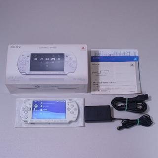 プレイステーションポータブル(PlayStation Portable)のPSP-2000 セラミック・ホワイト 本体&ACアダプター 【バッテリーなし】(携帯用ゲーム本体)