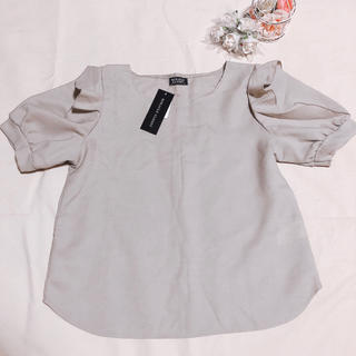 シマムラ(しまむら)のタグ付き新品*肩フリルブラウス(シャツ/ブラウス(半袖/袖なし))