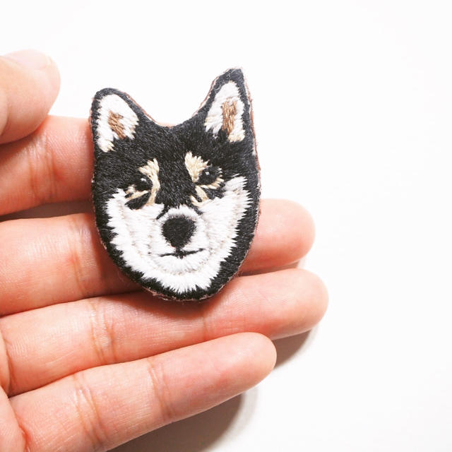 【受注制作】黒柴の刺繍ブローチ ハンドメイドのアクセサリー(コサージュ/ブローチ)の商品写真