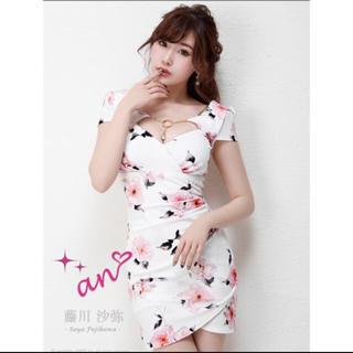 アン(an)のan 胸元 チャーム付き 花柄 タイト ドレス ホワイト ピンク(ミニドレス)