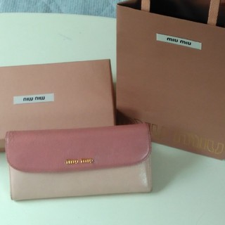 ミュウミュウ(miumiu)のmiumiu 長財布 ピンク 美品 箱付き 袋セット お祝い  (財布)