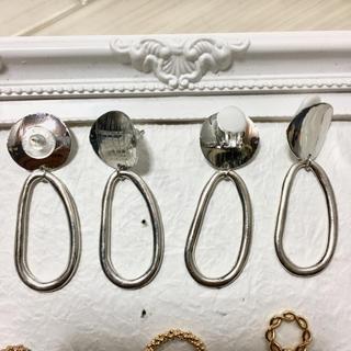 ザラ(ZARA)のハンドメイド シルバープレートと変形シルバーリングのイヤリング(イヤリング)