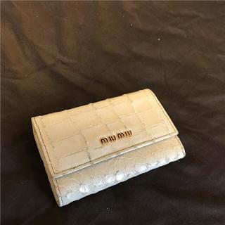 ミュウミュウ(miumiu)のmiumiu 型押しキーケース(キーホルダー)