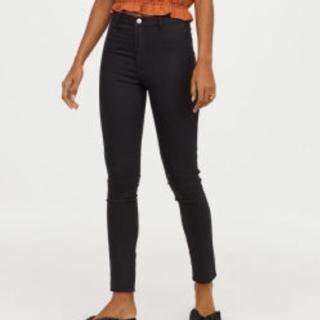 エイチアンドエム(H&M)のH&M 32インチ スキニーハイウエストアンクル丈黒パンツ (スキニーパンツ)