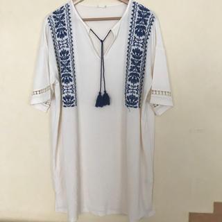 ジーユー(GU)のエンブロイダリーロングtシャツ 大人気 ワンピース 刺繍 チュニック(チュニック)