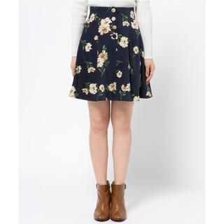 トランテアンソンドゥモード(31 Sons de mode)の『トランテアンソンドゥモード』花柄ボタン付きタックスカート(ひざ丈スカート)