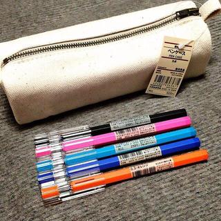 家で使ってる筆箱の中身~✨ 学校で使ってるやつは汚いし割れてるから家ので😅ww 筆箱はPLAZA 蛍光ペンは無印良品筆ペンは貰ったやつw  赤青ペンはディズニーシャーペン ...