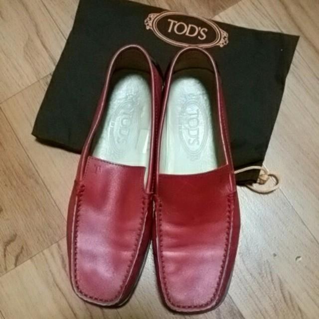 TOD'S(トッズ)のトッズ ドライビングシューズ 赤 レザー 25㎝? 38ハーフ レディースの靴/シューズ(ローファー/革靴)の商品写真