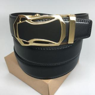 【新品】 ベルト 革 メンズ ゴールドバックル 黒 ブラック 穴なし 無段階 (ベルト)