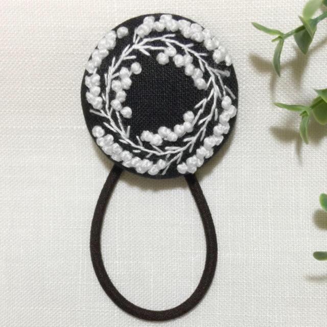 [apila1223さま専用ページです] 刺繍ヘアゴム  ミモザ一枝 レディースのヘアアクセサリー(ヘアゴム/シュシュ)の商品写真