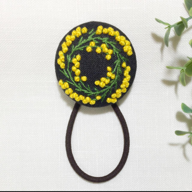 刺繍ヘアゴム  ミモザリース レディースのヘアアクセサリー(ヘアゴム/シュシュ)の商品写真
