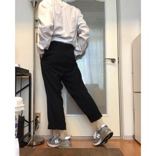 コモリ(COMOLI)のネイビー スラックス テーパードパンツ タック プリーツ AURALEE(スラックス)