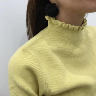ジーユー(GU)のフリルネック ニット プルオーバー イエロー マスタード カラシ色(ニット/セーター)