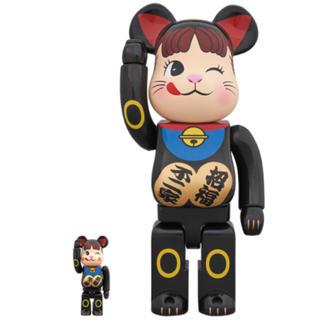 メディコムトイ(MEDICOM TOY)の☆不二家 ベアブリック 招き猫 ペコちゃん 黒 100% & 400%☆(キャラクターグッズ)