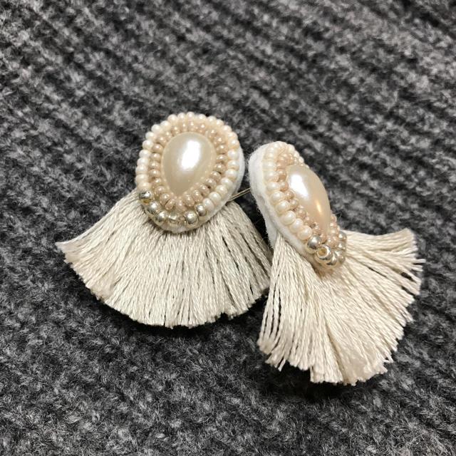 ホワイトパールビーズ刺繍ピアス ハンドメイドのアクセサリー(ピアス)の商品写真
