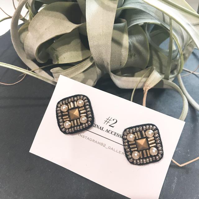 小ぶりスクエア ビーズ刺繍ピアス ハンドメイドのアクセサリー(ピアス)の商品写真