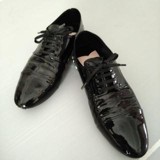 ミュウミュウ(miumiu)のmiumiu エナメルビジューパンプス(ローファー/革靴)