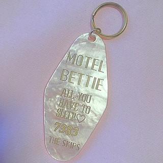 ハニーミーハニー(Honey mi Honey)のThe Skips♡Motel Bettie モーテルキーホルダー♡パールピンク(キーホルダー)