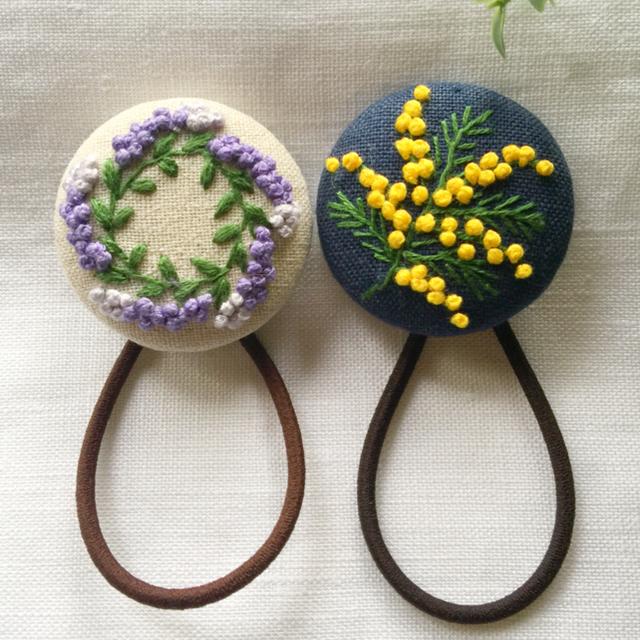 刺繍ヘアゴム  ミモザ一枝 レディースのヘアアクセサリー(ヘアゴム/シュシュ)の商品写真