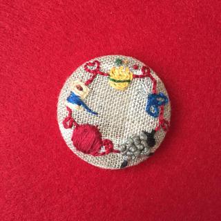 羊とお裁縫道具の刺繍ブローチ